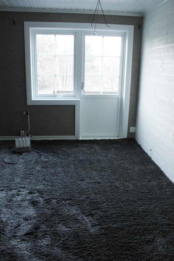 renovera sovrum i vitt och grått. Före och efterbilder på renovering av sovrum. Måla furutak och furu runt fönster till vitt. Heltäckningsmatta Victoria, grå långhårig matta. Vit liggande panel med plank som fondvägg.