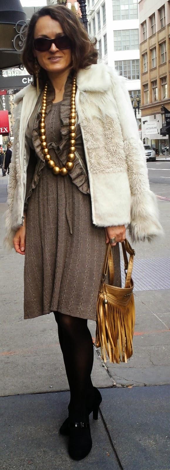 blog.oanasinga.com-outfit-ideas-personal-style-photos-faux-fur-jacket-over-shoulders-gold-accessories-fringed-bag