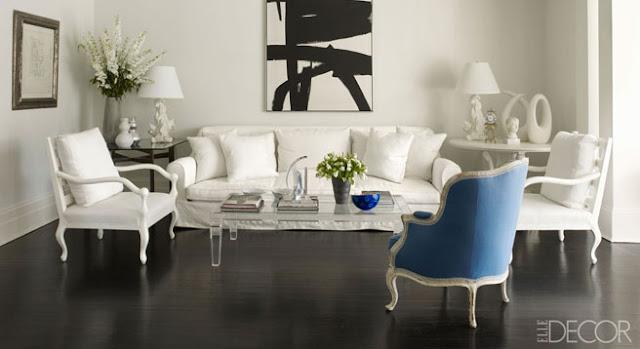 salon vintage blanco con buataca clasica azul y mesa de metacrilato