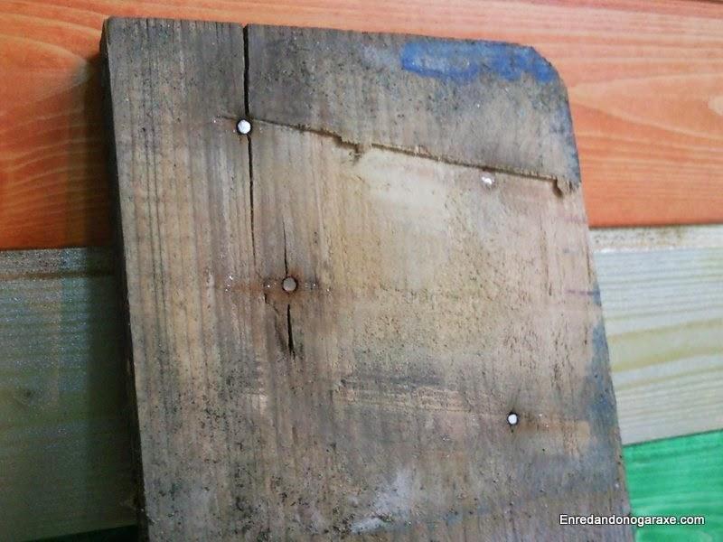 Tabla de palet con los clavos cortados. Enredandonogaraxe.com