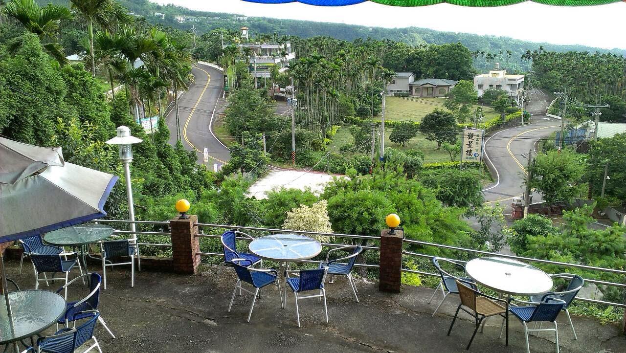 古坑-華山觀景樓咖啡 在青翠山巒丘陵之間