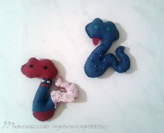 Игрушки на елкуиз фетра - змейки