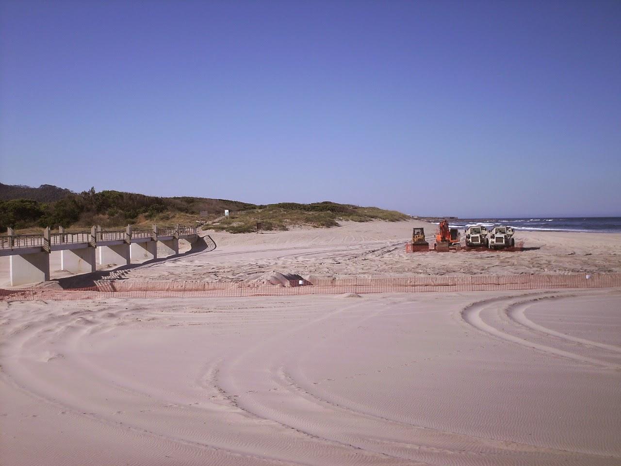 Reconstrução da Foz do Rio Âncora - Máquinas na praia de Vila Praia de Âncora