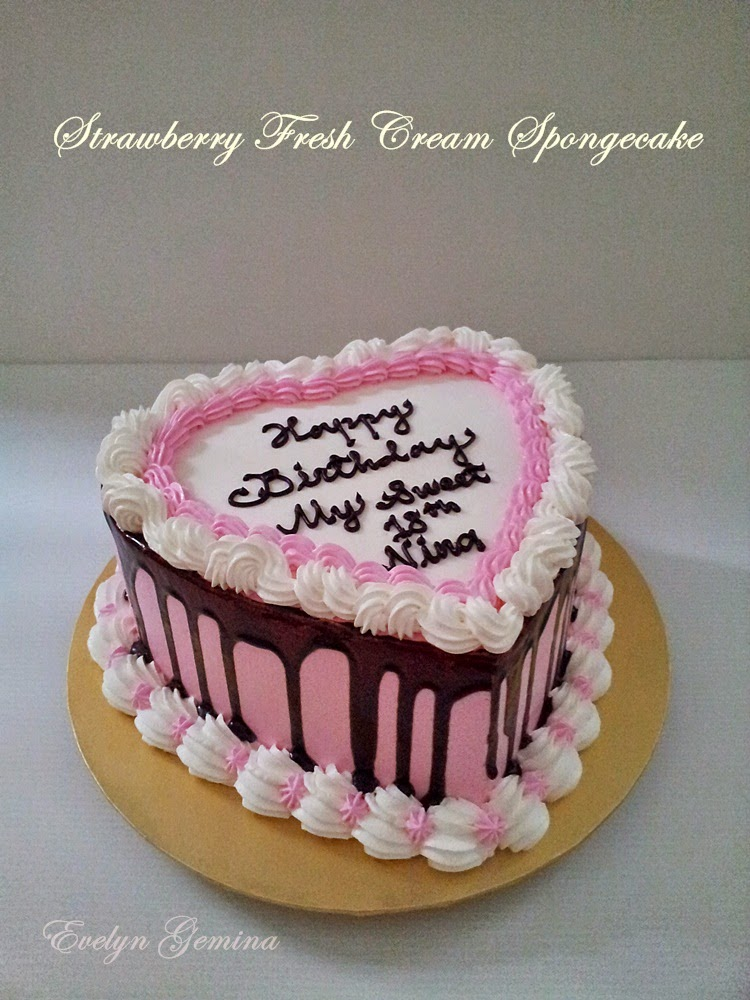 Strawberry Fresh Cream Spongecake (Love Shape) / 1kg
