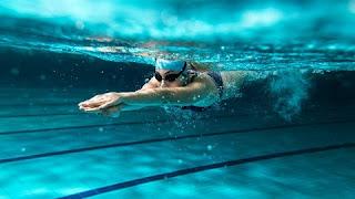 """É um dos exercícios mais recomendados pelos médicos a pessoas com problemas crônicos nas costas. Uma das premissas para essa indicação é que as costas não sofrem com a posição exigida pelo exercício nem com o impacto dele, diferentemente de quando se corre, por exemplo. """"A natação é um esporte integral, que trabalha especialmente a parte superior do corpo. É um grande tonificador das costas"""", diz Pineda. Uma boa rotina de natação também pode ajudar a melhorar a respiração, o que é fundamental para se adotar uma boa postura. """"A maioria das dores sentidas nas costas tem a ver com a falta de disciplina do corpo. E a natação, com o movimento constante de braços e pernas, ajuda nisso."""""""