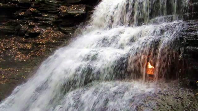 Tempat Religius air terjun api abadi