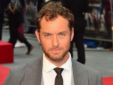 Jude Law se suma al reparto de Reina del Desierto junto a Robert Pattinson