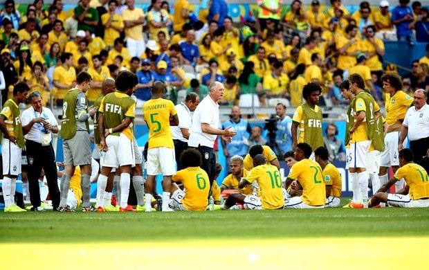 O camisa 7 atravessa o campo com a bola dominada a138126b10592