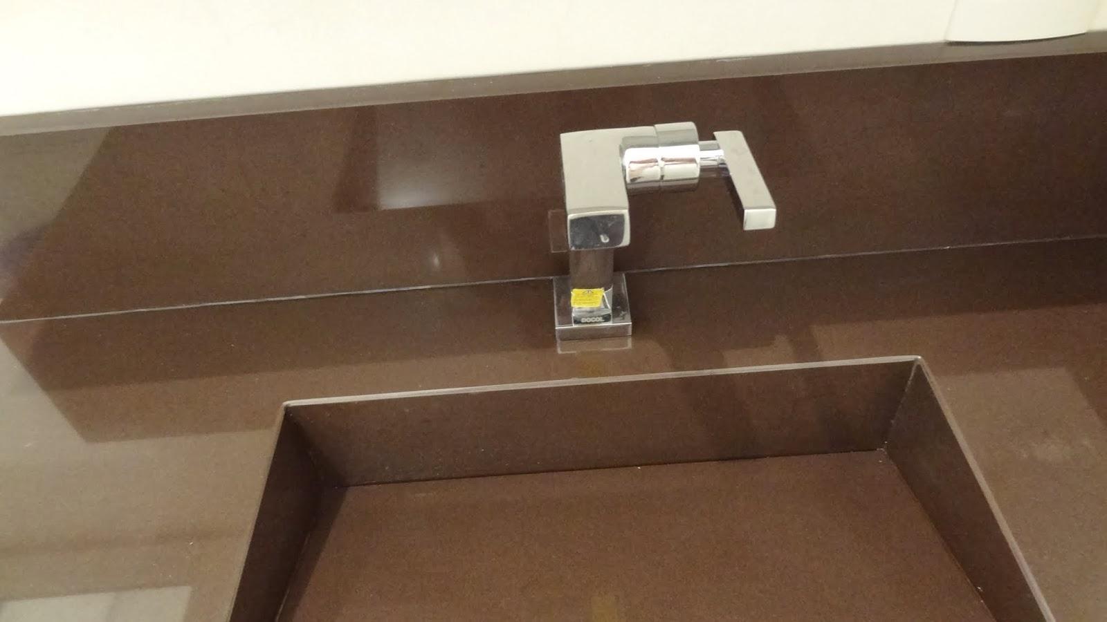 ao acabamento: Lavabo Social e Banheiro da Suíte Casal Reta final #AB9C20 1600x900 Acessorios Banheiro Perflex