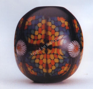 A master-piece of glass beadmaking produced in 1984 by Kyoyo Asao. Length, 2.4 cm.
