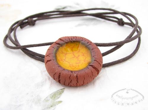 Ceramiczny naszyjnik uformowany z brązowej gliny z żółtym oczkiem 1