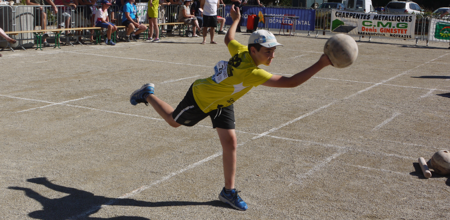 Les quilles, un sport de lancer...