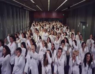 Científicos españoles bailan y cantan para recaudar fondos para sus investigaciones biomédicas