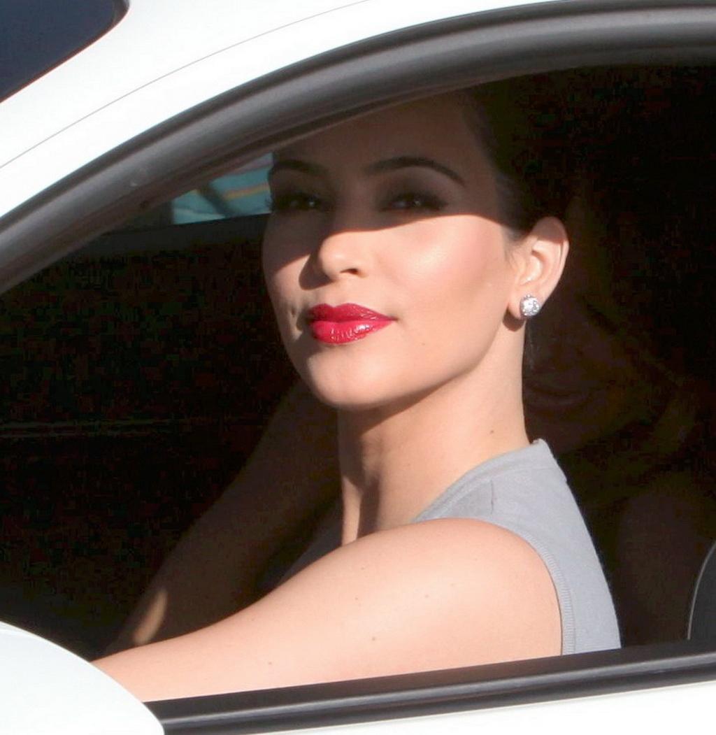 http://4.bp.blogspot.com/-vzwIQio_wZ8/Ts43Lv8N8_I/AAAAAAAACBc/49u-zp_5b7A/s1600/kim_kardashian_16.jpg