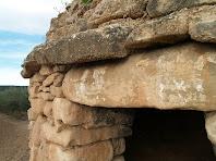 Detall del voladís i de la llinda plana de la barraca de Cal Barrab