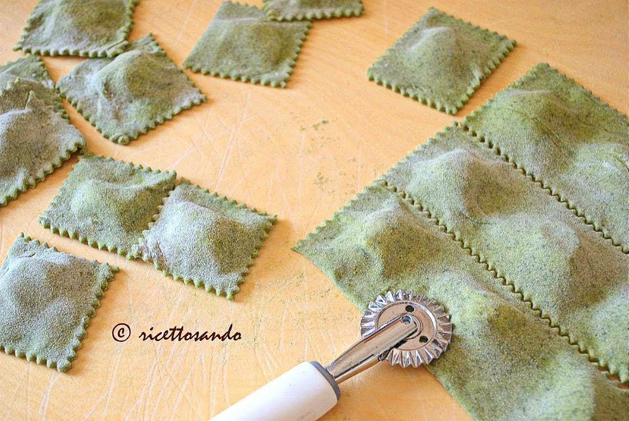 Tortelli verdi di spinaci con ricotta farciamo la pasta e ritagliamo i tortelli