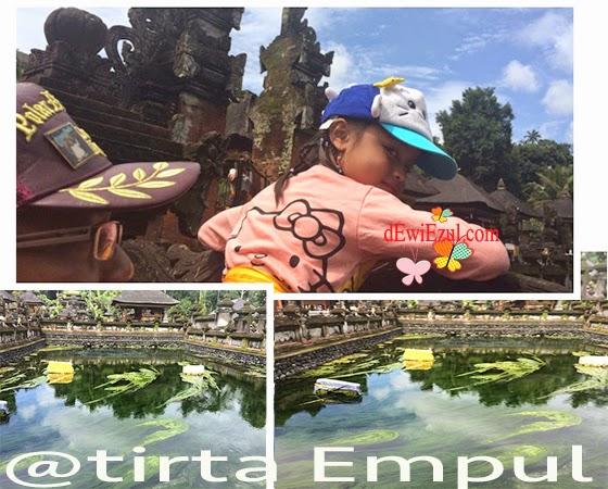 holy spring di Tirta empul bersama anak