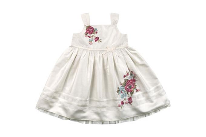 صورة فستان أبيض للبنات الأطفال الرضع ومزين برسم الورد