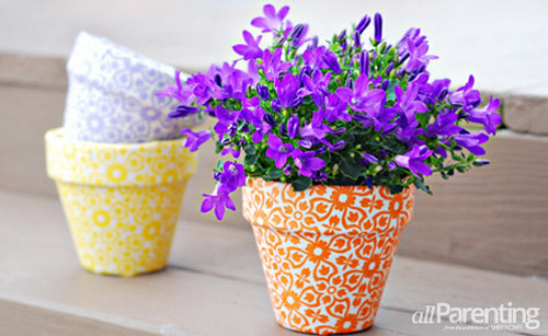 Macetas decoradas con tela manualidades f ciles - Decorar vasos plasticos para cumpleanos ...