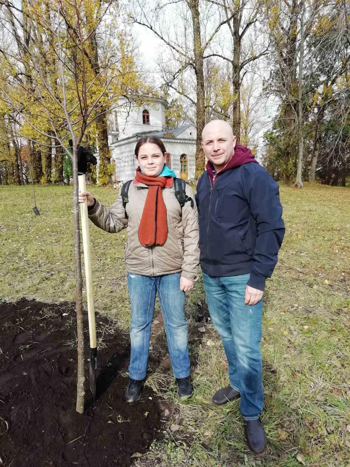 Запольский Тимофей и его папа посадили дерево на семейной аллее 12 октября