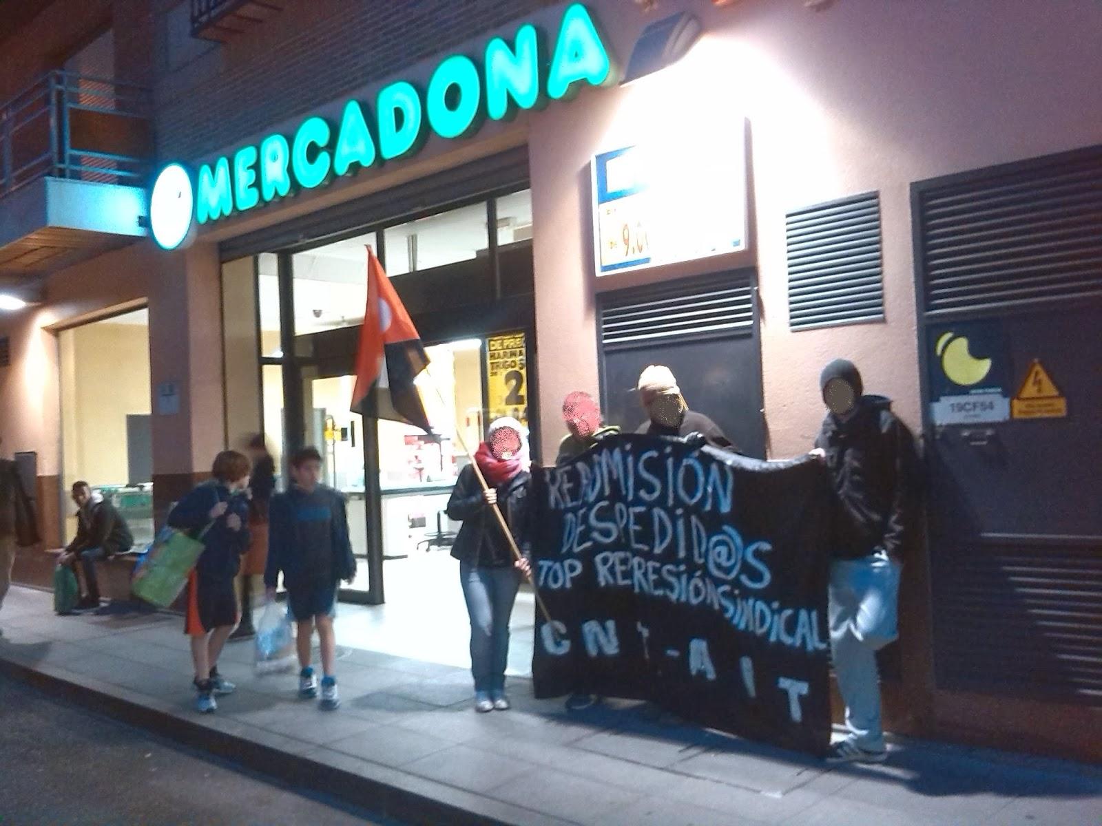 """CNT AIT, Guadalajara, Semana de Lucha contra los despidos en Mercadona,supermercado que la empresa, Semana de Lucha contra los despidos en Mercadona, anarcosindical,Anarquistas https://www.facebook.com/pages/Anarquistas/378066755607147    En la tarde del jueves 20 de febrero, y en el marco de la Semana de Lucha contra los despidos en Mercadona, compañer@s de la CNT-AIT de Guadalajara organizaban un piquete a las puertas del supermercado que la empresa tiene en la calle Capitán Arenas de la ciudad. Se volvía así a una tienda conocida para la anarcosindical local por haber sido lugar de acciones continuadas a razón de conflictos laborales locales o en solidaridad con los de otros sindicatos. Se difundió la información acerca de la mafiosa estrategia patronal de esta empresa """"ejemplar"""" y se apoyó a l@s despedid@s en la última oleada exigiendo su readmisión.    http://elmilicianocnt-aitchiclana.blogspot.com.es/2014/02/cnt-ait-guadalajara-semana-de-lucha.html"""