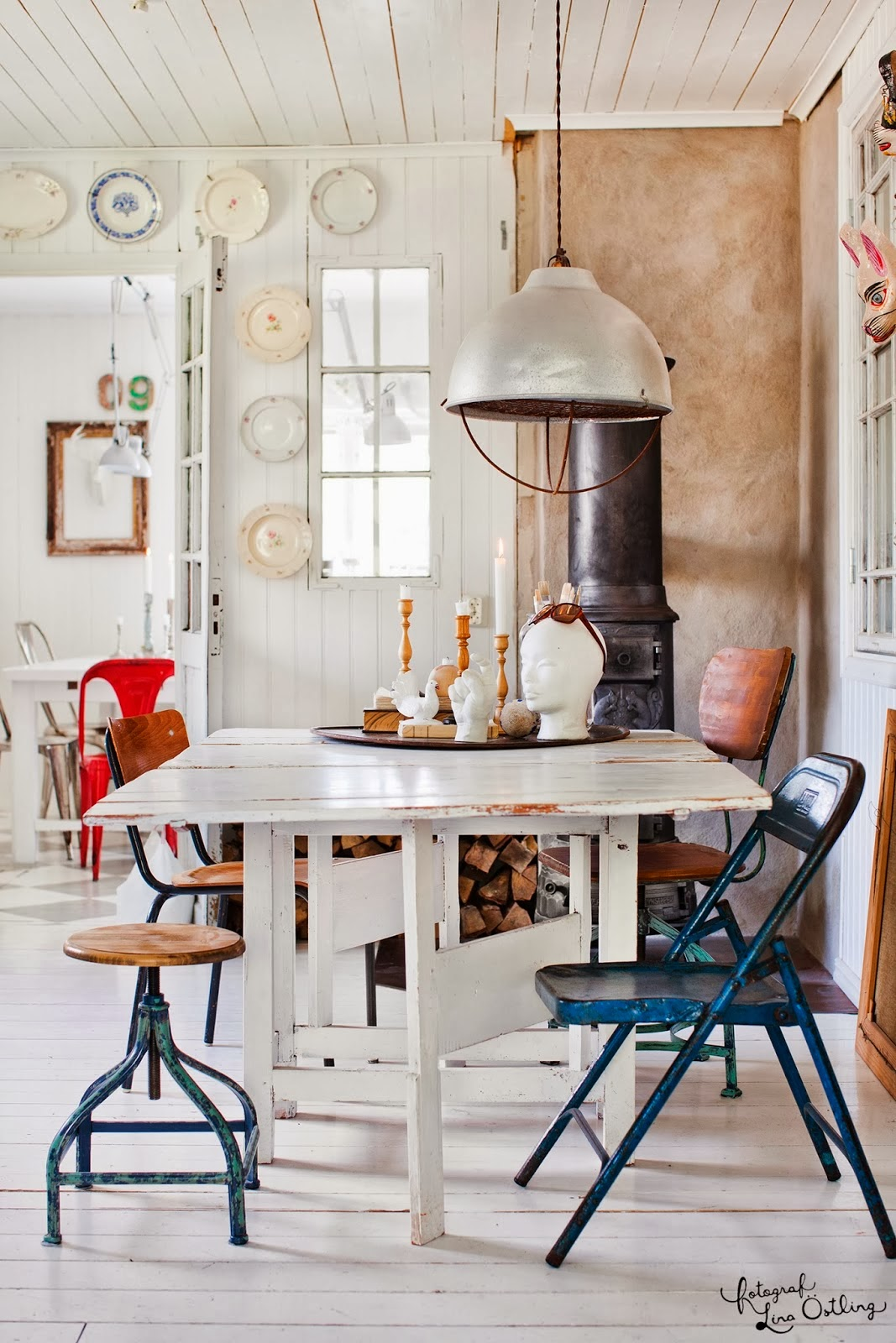 Industrialny taboret, czerwone krzesło tolix, metalowe krzesła, różne krzesła, biały drewniany stół w jadalnie, biała podłoga, industrialne dodatki