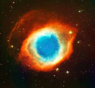 Foto da Nebulosa Helix, também conhecida como Olho de Deus. Resultado da explosão de uma gigante vermelha, estrela muito, mas muito maior que o Sol e bem mais antiga.