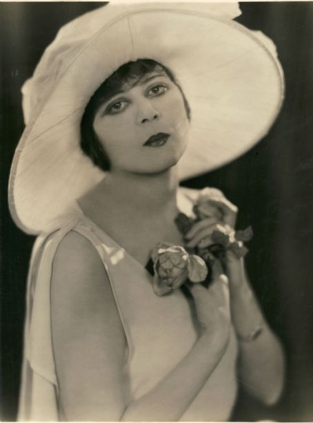 Theda Bara July 29 1885 April 13 1955 Was A Very Popular Silent Film Actress Of Her Era And One Cinemas Earliest Sex Symbols