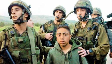 Soldados israelenses prendem criança palestina