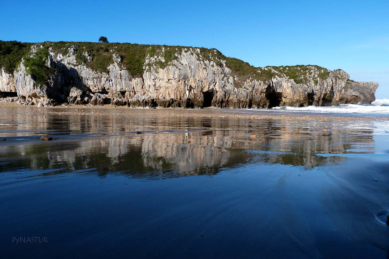 Playa de Cuevas de Mar - Llanes