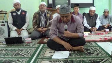 Dosen penginjak mushaf Al Quran taubat nasuha