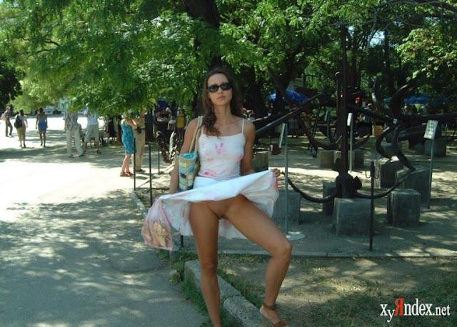 FotosNua.Com novinhas sem calcinha  na rua no café e bar (FOTO)