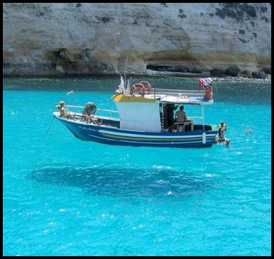 Barca navegando en el mar.