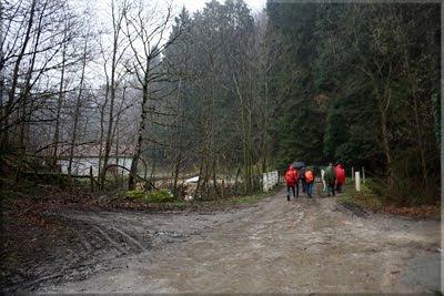 Tras la puerta metálica se accede al poblado de Artikutza