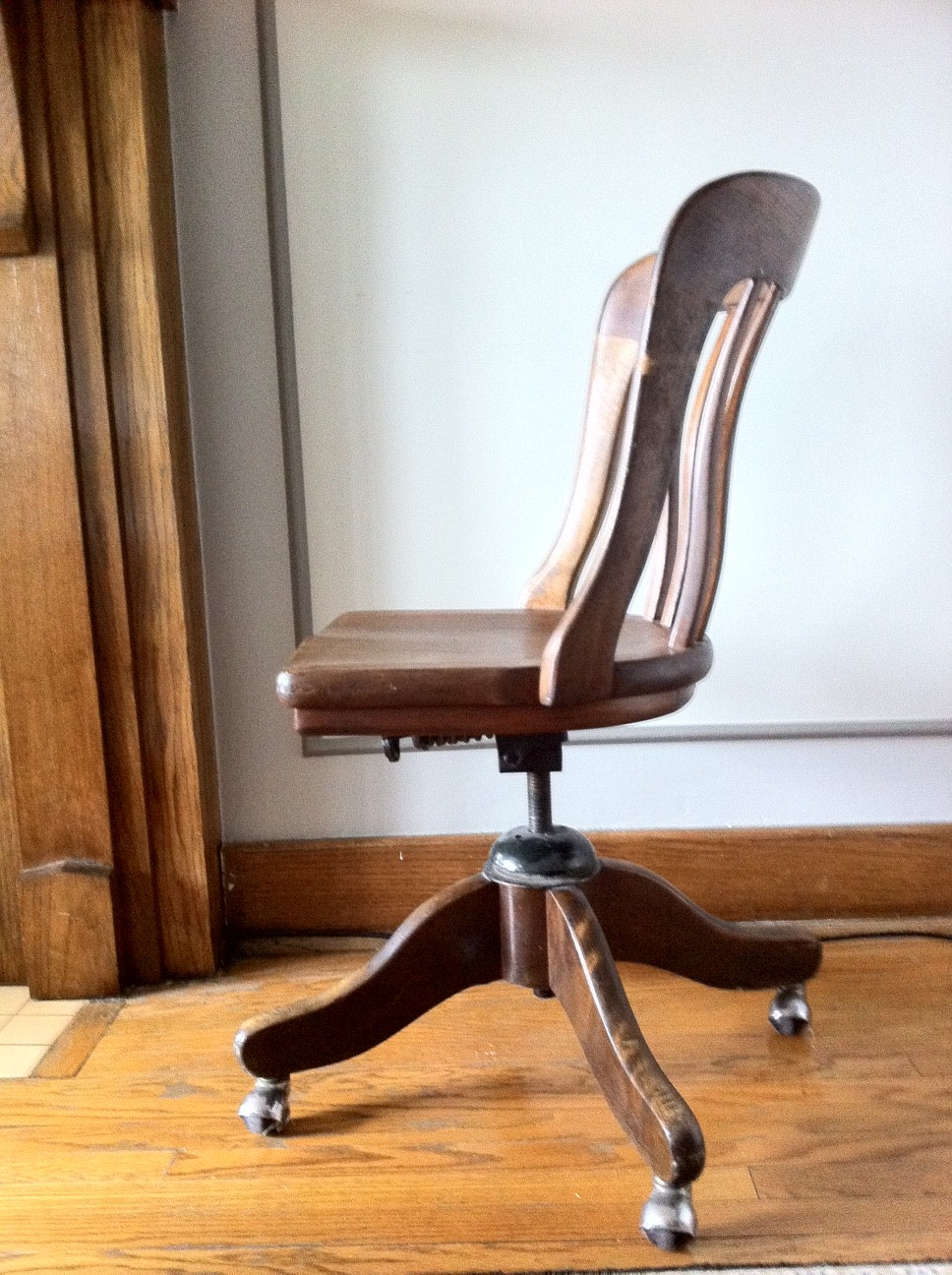*SOLD* 1930s H. Krug Furniture Company Oak Chair: $80
