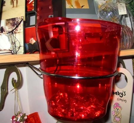 Champañera roja y soporte metal de mesa.