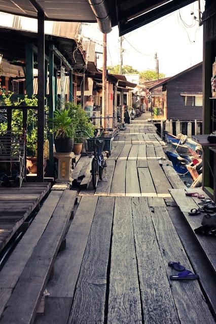 木桥与两旁的木屋