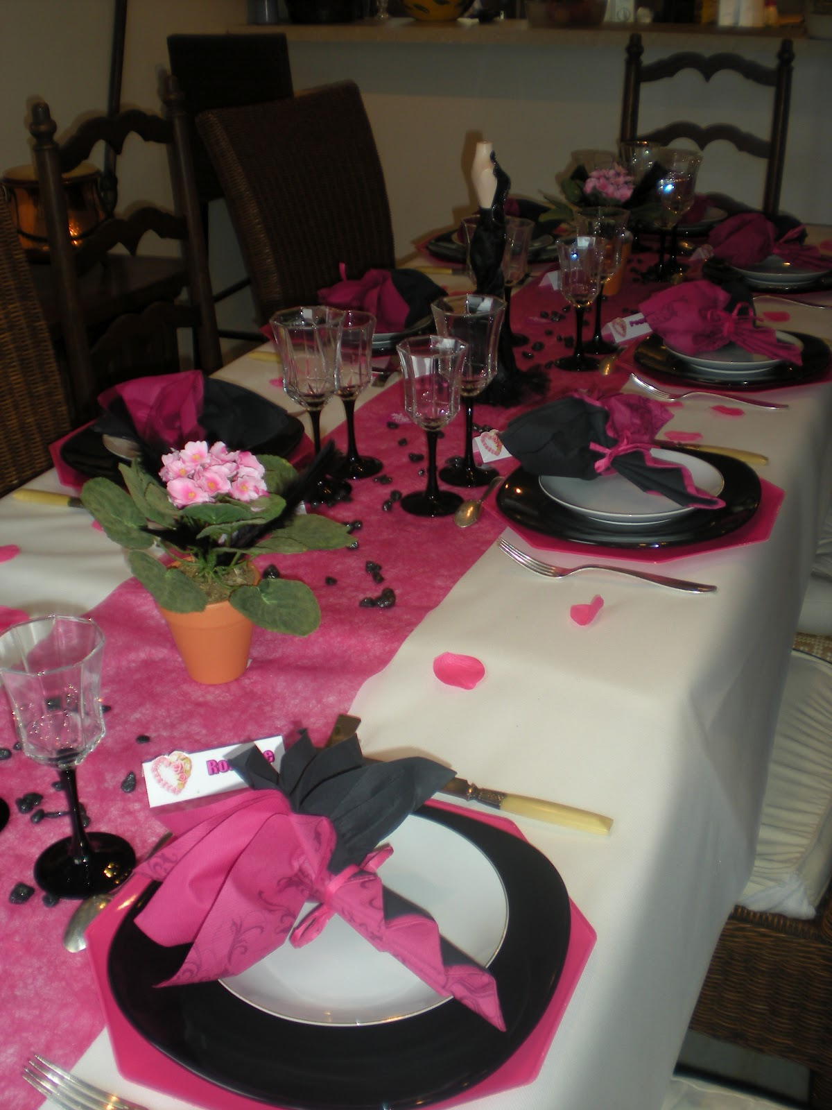 D co th mes d co chic et glam pour la f te des m res for Deco table rose et noir