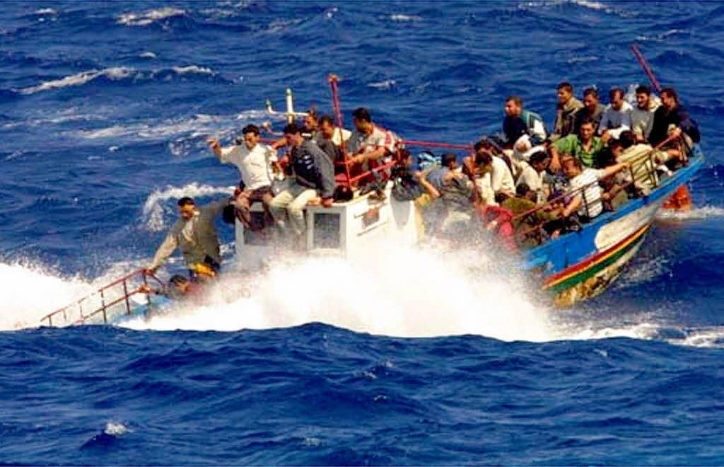 приплыл на лодке и расстрелял