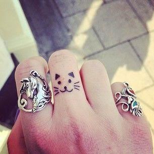 chica con los dedos tatuados 23