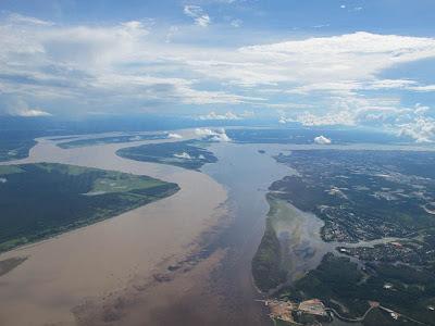 Pertemuan Sungai dan Rio Negro dan Solimoyns di Manaus, Brazil.