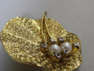 złota broszka w stylu vintage z perłami