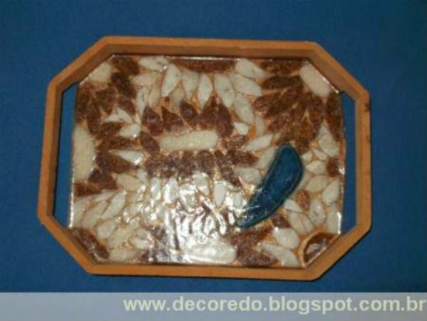 linda bandeja  com mosaico de  pedra de São Tomé - artesanato