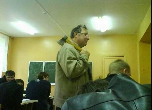 grappige foto: docent met een bijl