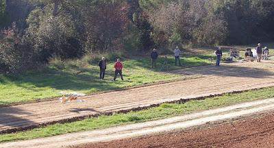 La nova pista i un grup d'aeromodelistes en acció.