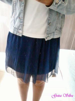 Look do dia: saia azul, blusa branca e jaqueta jeans.
