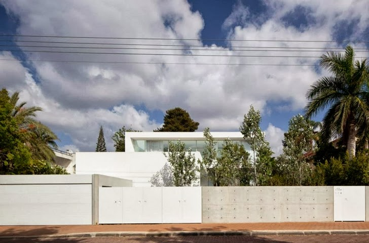 Street view of White Ramat Hasharon House by Pitsou Kedem Architects