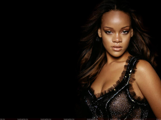 rihanna_looking_hot_in_black_Fun_Hungama