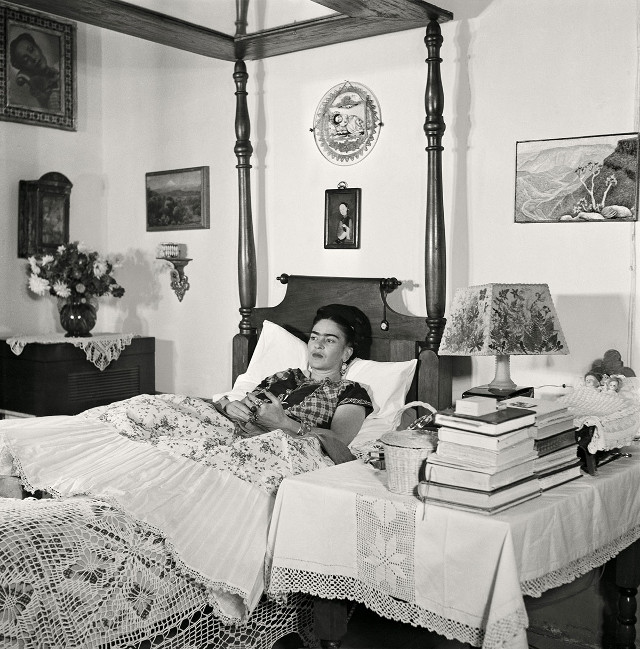 photographie de gisèle freund : l'artiste mécicaine  Frida Kahlo dans son lit