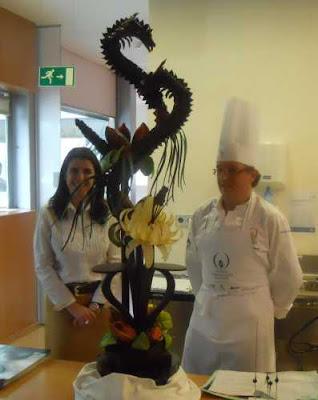 Mónica Meroño y Andrés Mármol posan junto al dragón de chocolate.